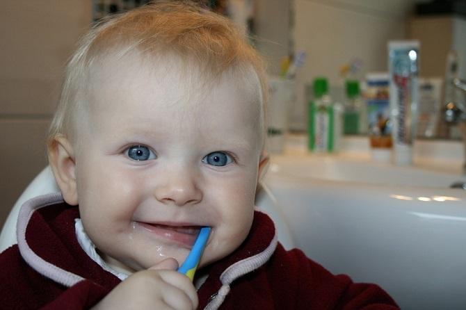 ¿Cómo debo limpiar los dientes y encías de mi bebé?