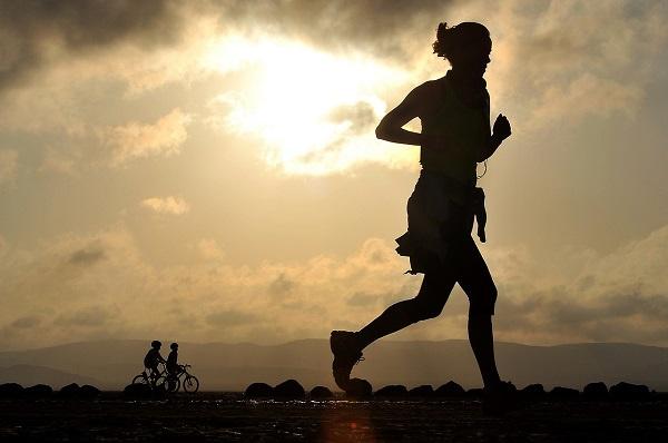 Consejos de tu farmacia: ¿Qué alimentos y suplementos alimenticios debo tomar para hacer 'running'?