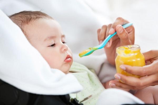 Las etapas del bebé: la alimentación a los cinco meses